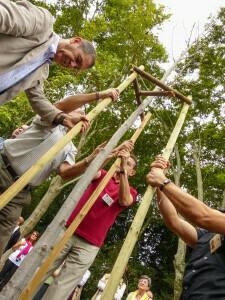 Amigos de La Concepción ayudando a sostener un árbol singular recién plantado