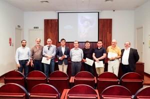 Ganadores con los organizadores del concurso y autoridades